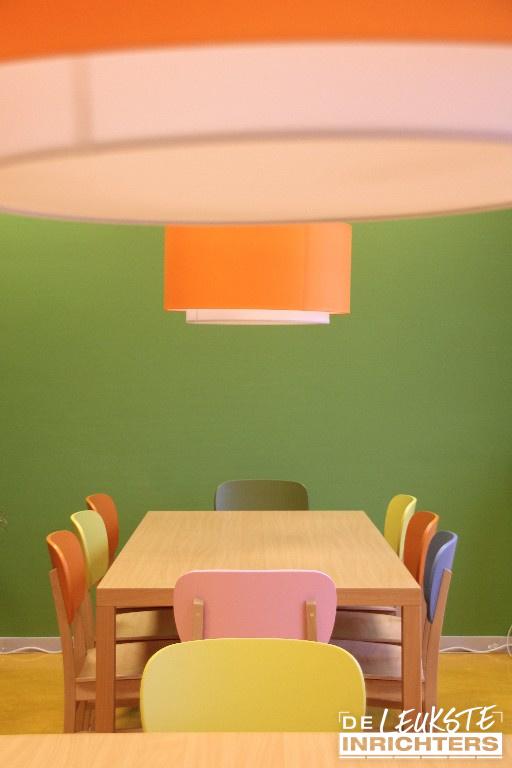 Personeelskamer-De-Amstel-kleurrijke-CupCup-stoelen_1024x768