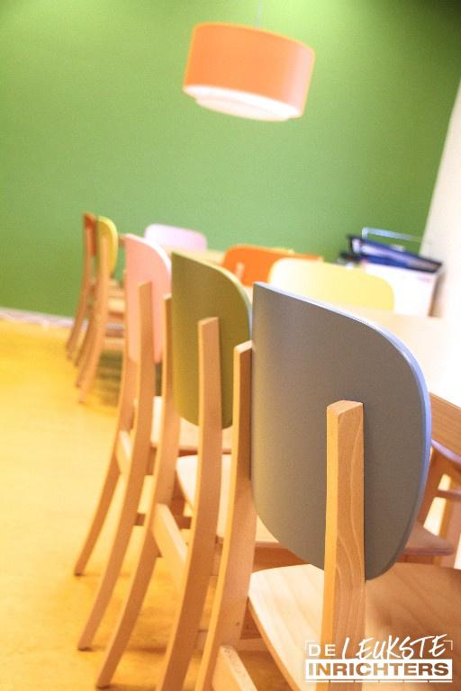 Personeelskamer-De-Amstel-kleurrijke-houten-stoelen-CupCup-detail_1024x768