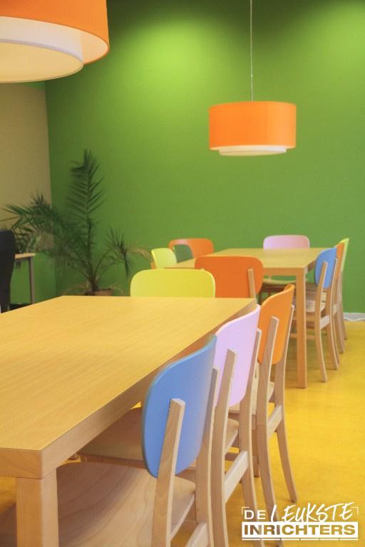 Personeelskamer-De-Amstel-vergadertafel-met-kleurrijke-stoelen_1024x768