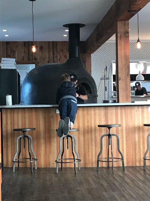 Modern restaurant met pizza-oven.