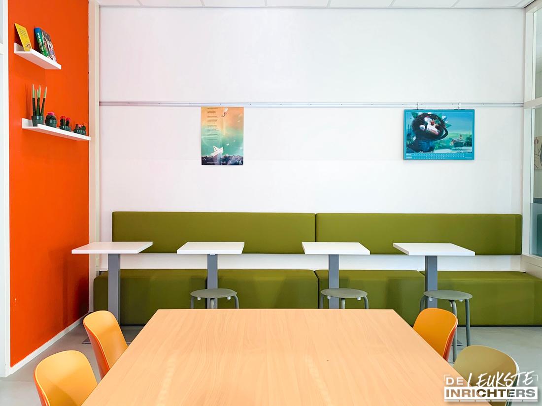 Ontwerp personeelskamer en vergaderruimte inrichting De Musketier flexibele wandbank met losse poefs