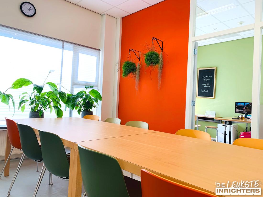 Ontwerp personeelskamer en vergaderruimte inrichting De Musketier tafel en stoelen