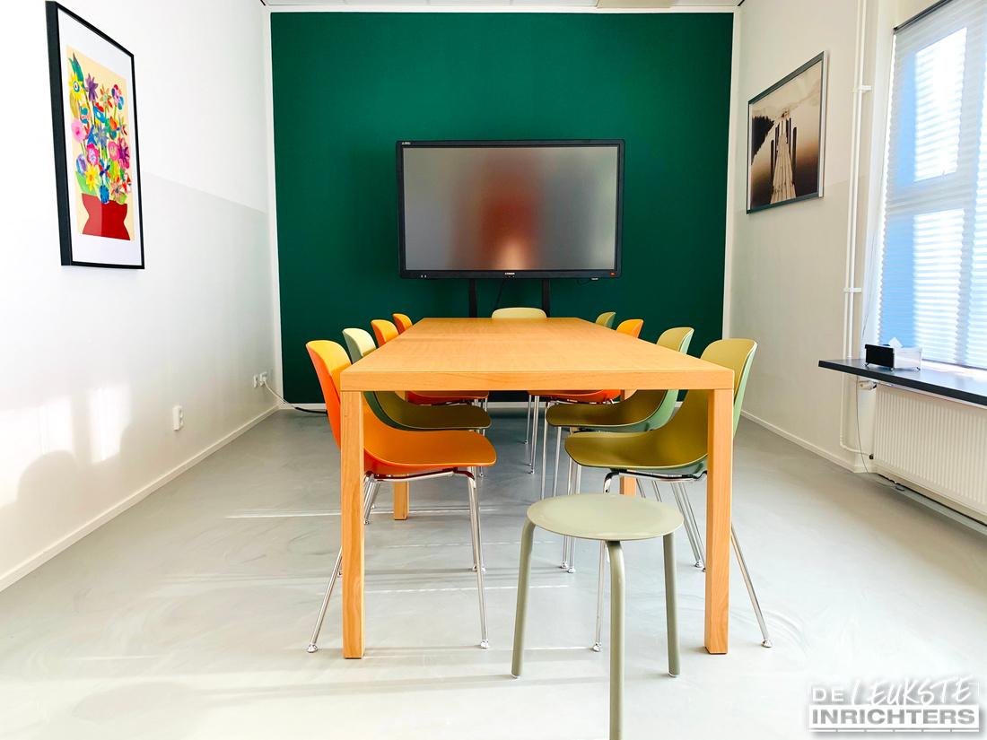 Ontwerp personeelskamer en vergaderruimte inrichting De Musketier vergaderruimte kleurrijk