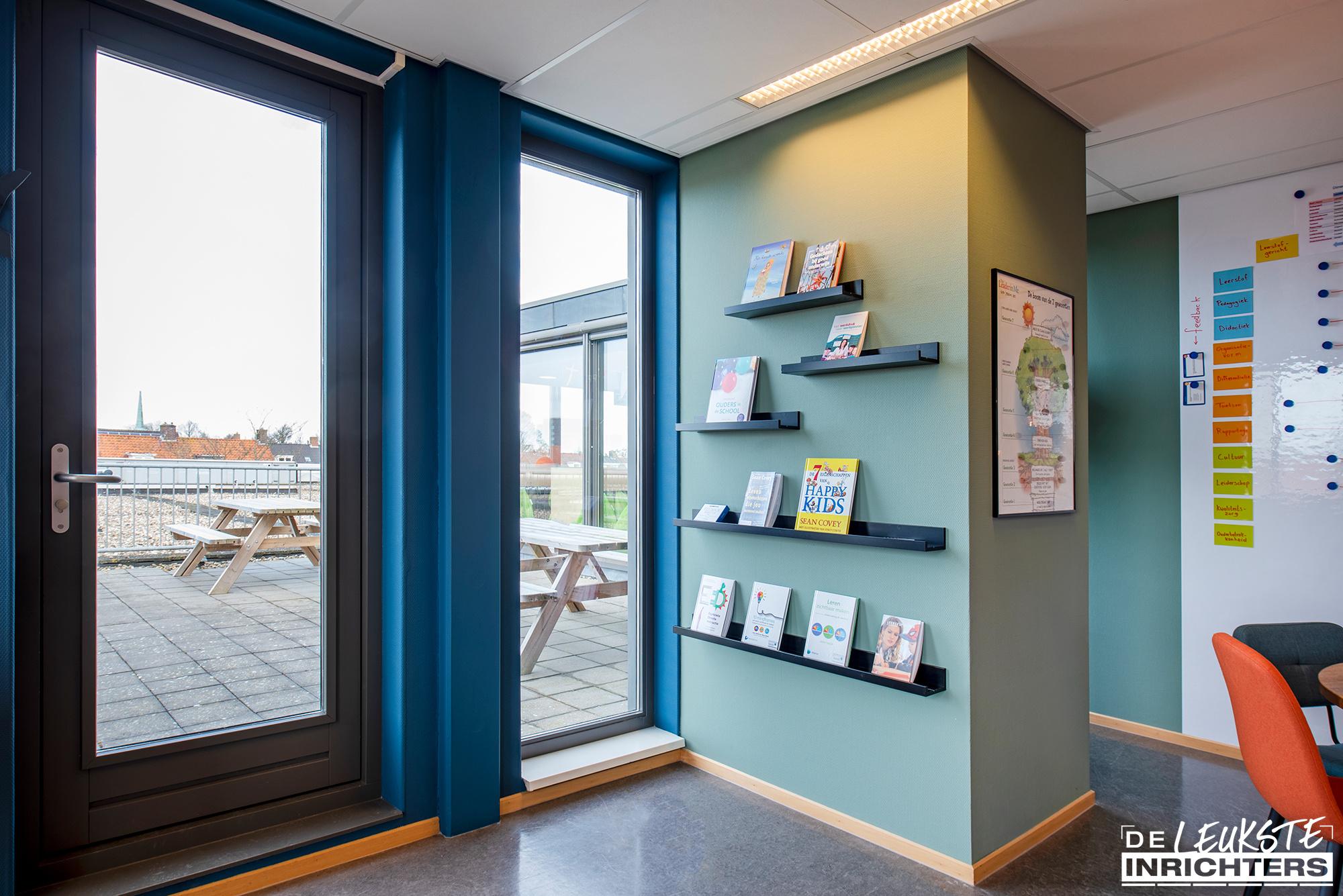 Personeelskamer inrichting De Windwijzer Den Helder boekenplank