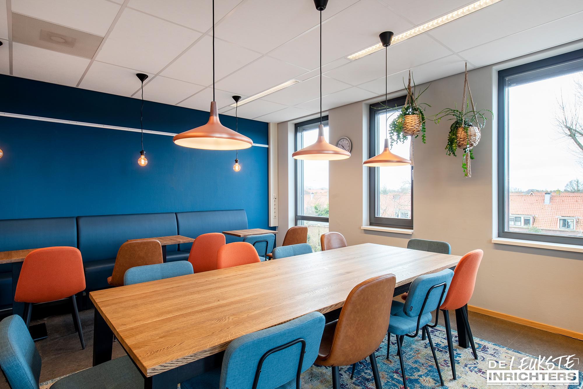 Personeelskamer inrichting De Windwijzer Den Helder stamtafel hanglamp