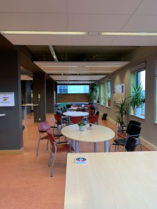 Voor foto Haarlemmermeerlyceum personeelskamer 4