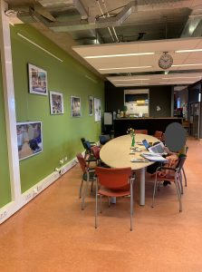 Voor foto Haarlemmermeerlyceum personeelskamer 1