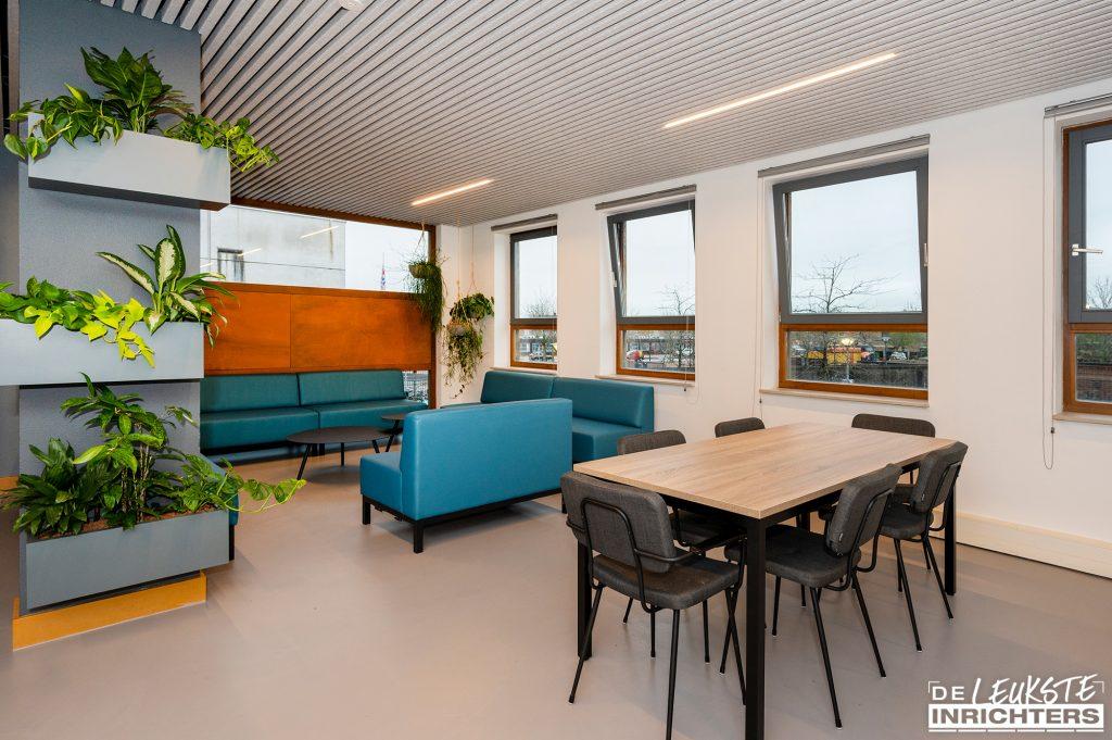 Personeelskamer Haarlemmermeerlyceum ontwerp en realisatie tafel en stoelen