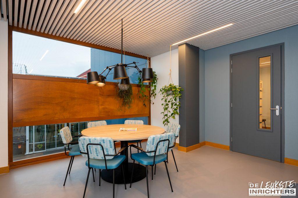 Personeelskamer Haarlemmermeerlyceum ontwerp en realisatie ronde tafel en stoelen met vrolijke print
