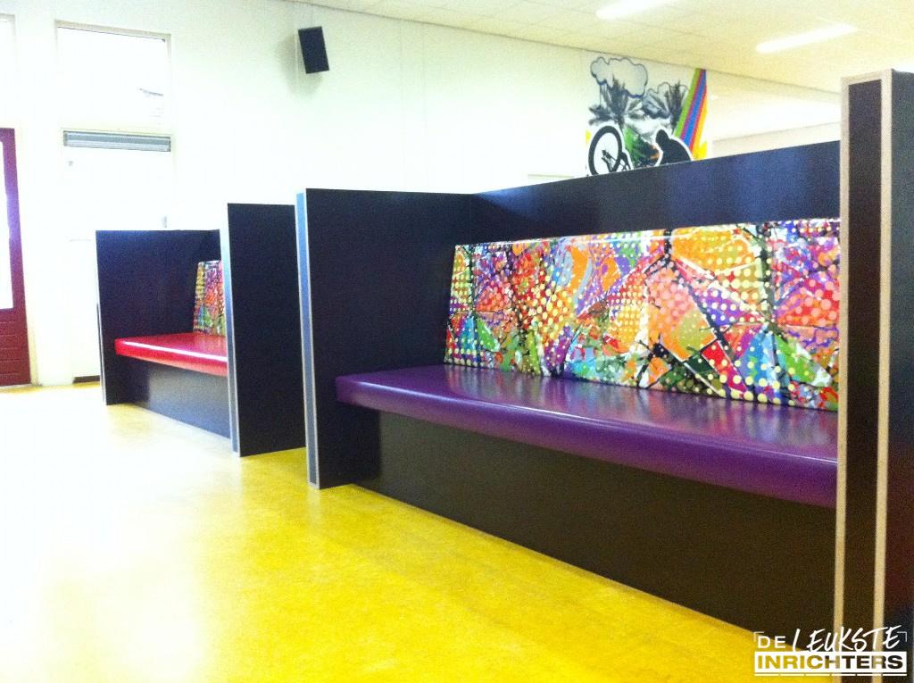 Aula onderbouw Lingecollege Tiel treinbanken betonplex bisonyl met print
