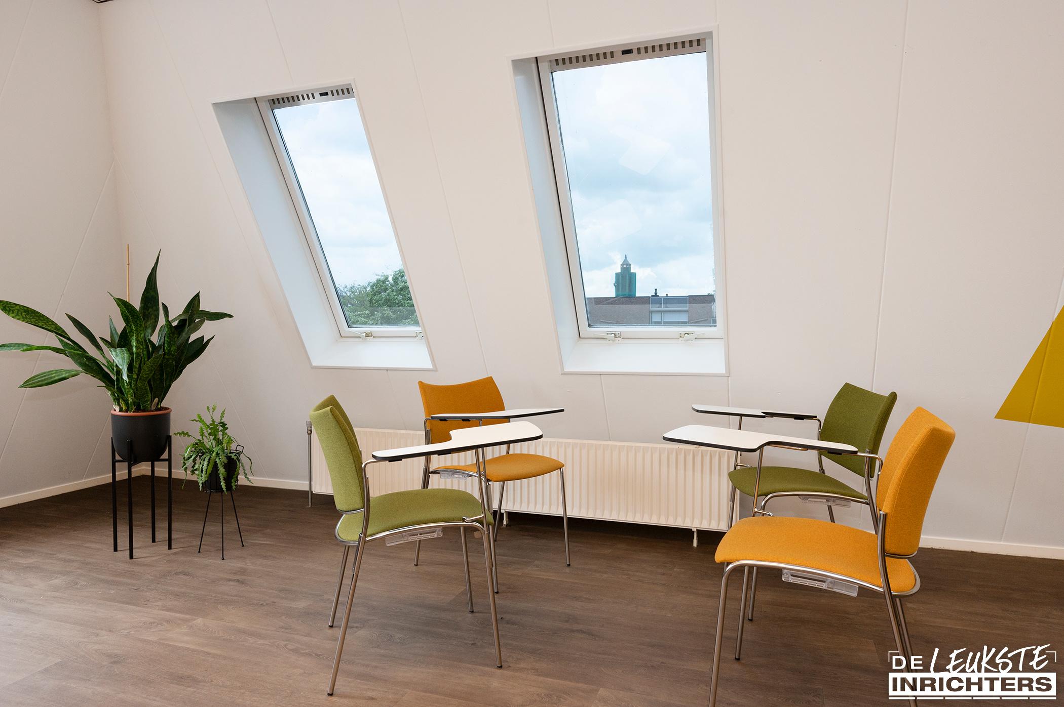 Stichting Logos Leerdam multifunctionele vergaderruimte stoel Cobra met schrijfplank